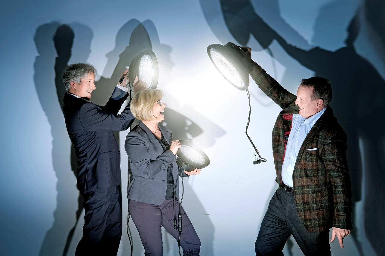 Einleuchtend: Marcus Wormuth (GRENKE BANK) und Melanie Fina (GRENKE Niederlassung Dortmund) standen Wolfgang Möhle (Lifa – Die Lichtfabrik innovative Lichtsysteme GmbH) beim Neustart seines Start-ups zur Seite (v. l. n. r.).